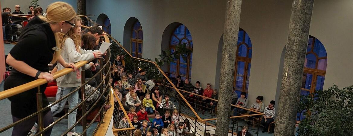 Pohádkové čtení na schodech